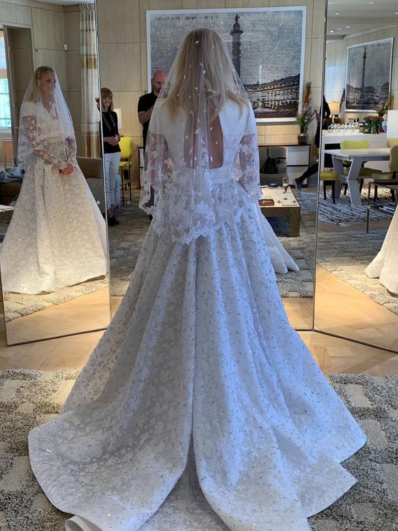 Salt: главное здесь, остальное по вкусу - «Абсолютная красота»: Николя Гескьер показал свадебное платье Софи Тернер