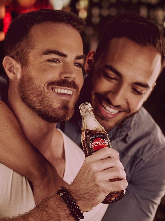 Salt: главное здесь, остальное по вкусу - В Венгрии призвали бойкотировать Coca-Cola из-за рекламы с однополыми парами