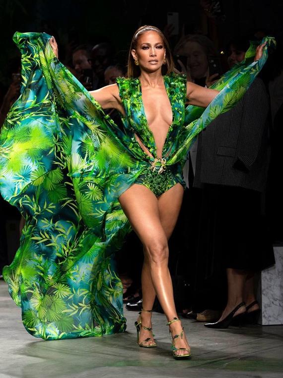 Salt: главное здесь, остальное по вкусу - Дженнифер Лопес закрыла шоу Versace в ремейке культового «тропического» платья