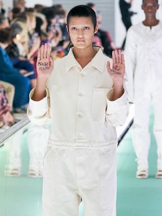 Salt: главное здесь, остальное по вкусу - Модель на показе Gucci выступила против одежды, напоминающей смирительные рубашки