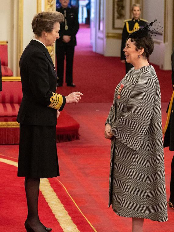 Salt: главное здесь, остальное по вкусу - Оливия Колман получила Орден Британской империи из рук дочери Елизаветы II