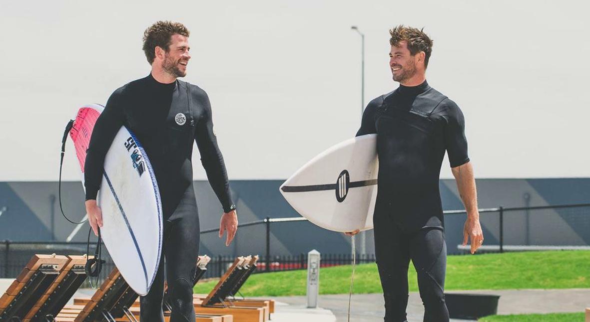 Salt: главное здесь, остальное по вкусу - Новый год по-австралийски: Крис и Лиам Хемсворт вместе отдохнули в серф-парке