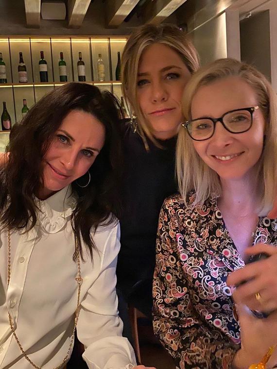Salt: главное здесь, остальное по вкусу - «Друзья» в баре: Дженнифер Энистон поделилась новым фото с Кортни Кокс и Лизой Кудроу