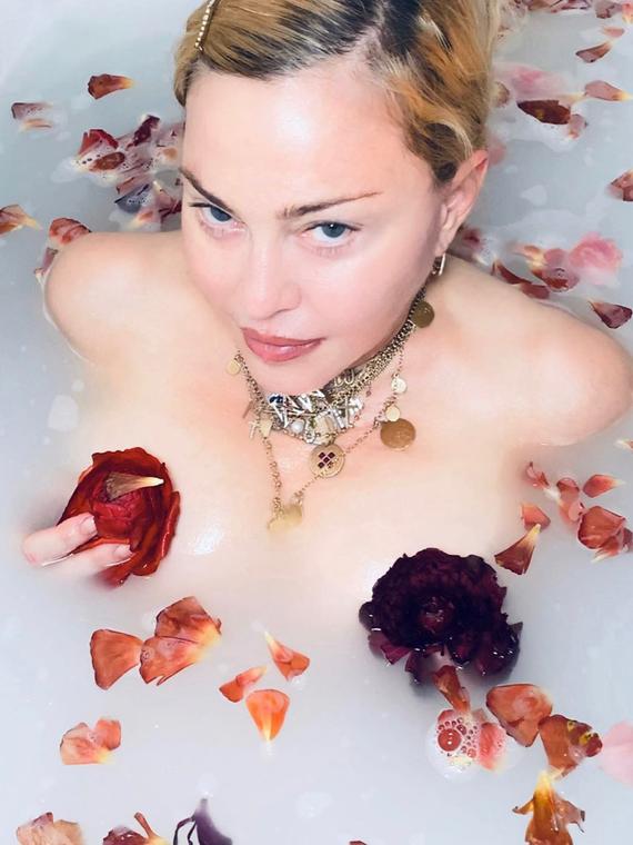 Salt: главное здесь, остальное по вкусу - Фанаты осудили Мадонну за видео о коронавирусе — она сняла его из ванны с лепестками