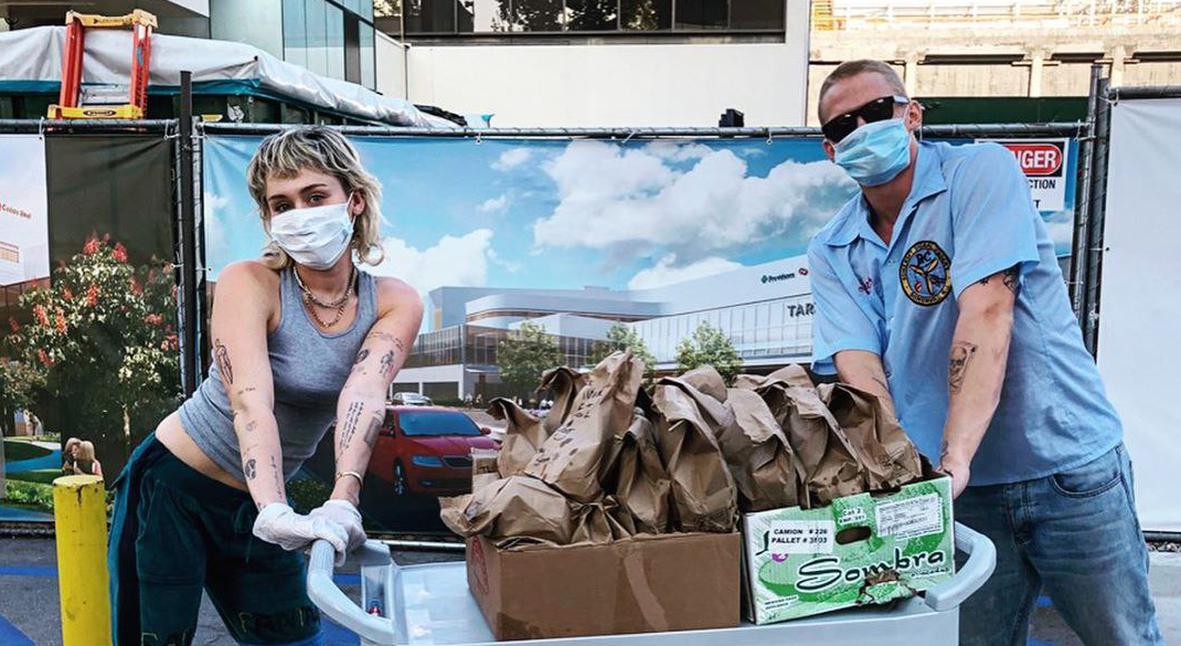 Salt: главное здесь, остальное по вкусу - Майли Сайрус и Коди Симпсон купили еду для врачей больницы Лос-Анджелеса