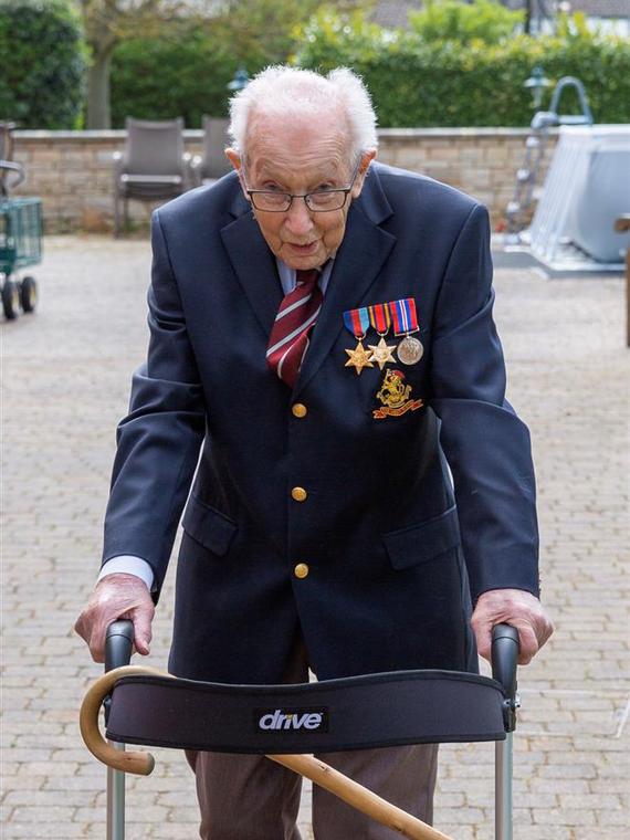 Salt: главное здесь, остальное по вкусу - В Англии 99-летний ветеран собрал более $7 миллионов для врачей, гуляя по своему саду