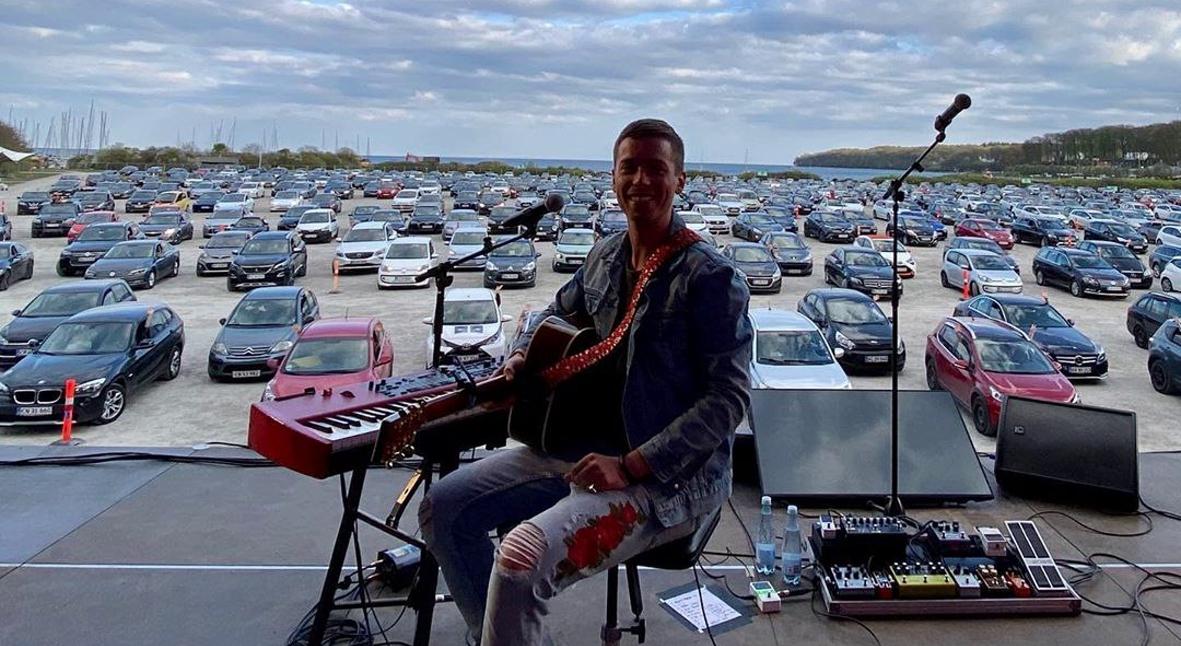 Salt: главное здесь, остальное по вкусу - Датский музыкант Мадс Лангер провел живой концерт в формате драйв-ин