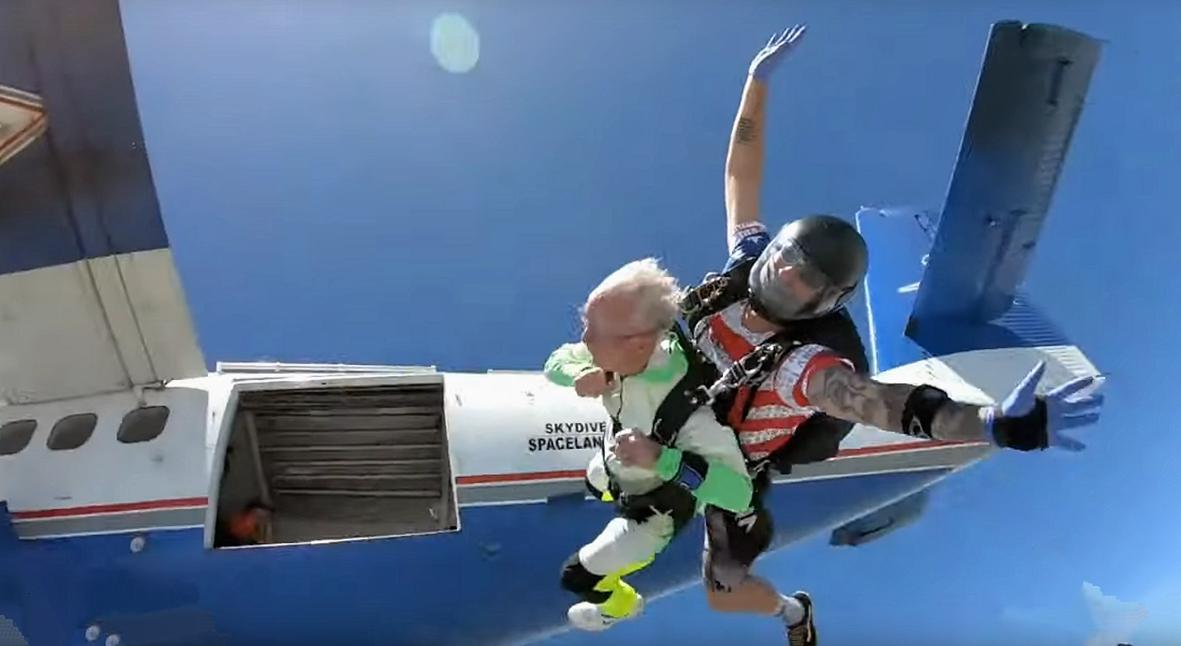Salt: главное здесь, остальное по вкусу - Американец в 103 года прыгнул с парашютом вместе с внуками и установил рекорд