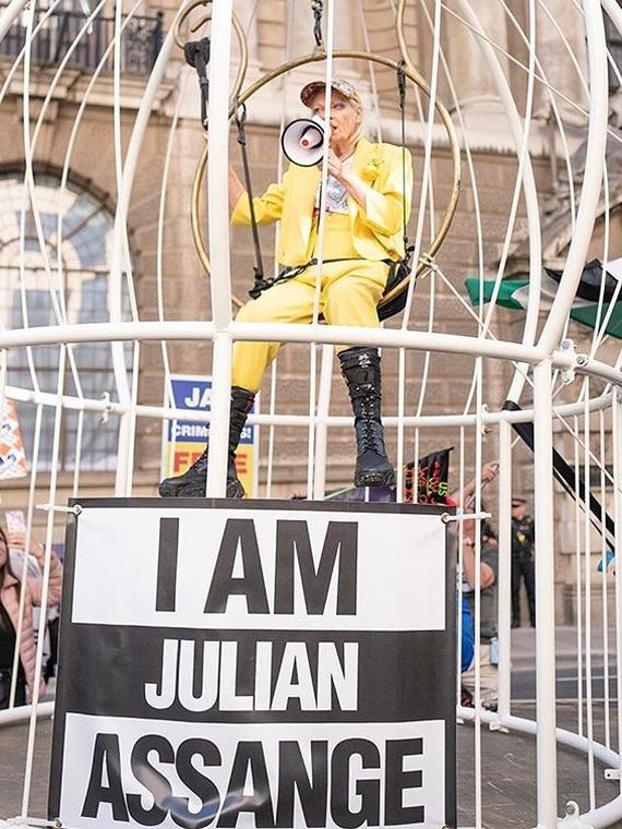Salt: главное здесь, остальное по вкусу - Вивьен Вествуд заперлась в клетке из солидарности с Джулианом Ассанжем