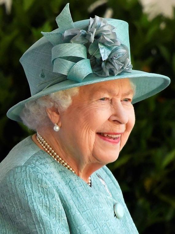 Salt: главное здесь, остальное по вкусу - Елизавете II показали ее новый портрет по видеозвонку в Zoom