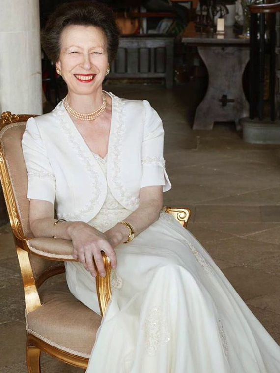 Salt: главное здесь, остальное по вкусу - Букингемский дворец представил три портрета принцессы Анны по случаю ее 70-летия